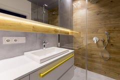 Houten en marmeren badkamers stock afbeelding
