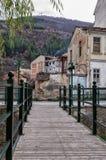 Houten en metaal voetbrug in Florina, een populaire de winterbestemming in noordelijk Griekenland Royalty-vrije Stock Afbeelding