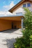 houten en moderne carport stock fotografie