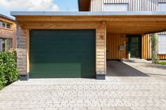 houten en moderne carport stock afbeelding