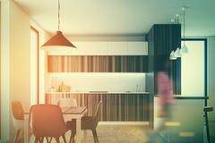 Houten en witte keuken met een gestemde bar Royalty-vrije Stock Foto's
