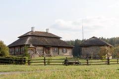 Houten etnische huizen op landelijk landschap - dorp van geboorteplaats van Tadeusz Kosciuszko - Kossovo, Wit-Rusland royalty-vrije stock foto
