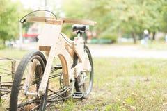 Houten fiets met de hand gemaakt van ecomaterialen Stock Foto's
