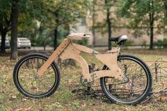 Houten fiets met de hand gemaakt van ecomaterialen Royalty-vrije Stock Foto