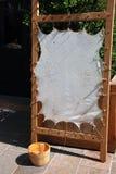 Houten frame met schapehuid Stock Afbeelding