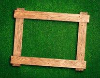 Houten frame op groen royalty-vrije stock afbeeldingen