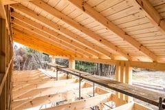 Houten frame van een nieuw huis in aanbouw Stock Afbeelding