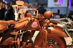 Houten full-sized motorfiets met een stickermoto RADIO ONLINE close-up stock foto