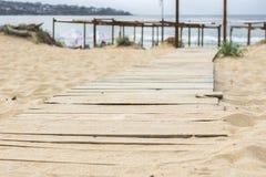 Houten gang in een strandlandschap stock foto
