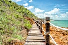 Houten gang langs het strand stock foto's