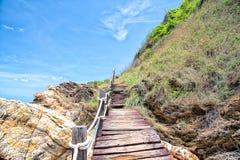 Houten gang langs het strand stock fotografie
