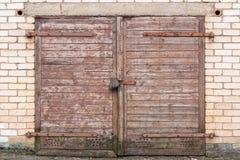 Houten garagedeur op bakstenen muur stock foto's
