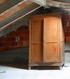houten garderobe in de zolder van een oud huis royalty-vrije stock afbeeldingen