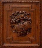 Houten garderobe of kastdeuren De textuur van de boom met versiering en ornament in het midden stock afbeeldingen