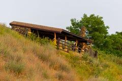 Houten gazebo met houten lijst en stoelen in het de herfstpark met berk en pijnboombomen stock afbeelding