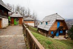 Houten gebouwen in natuurreservaat Stock Foto's