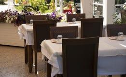 Houten gediende lijsten in Turks restaurant, de provincie van Izmir, Turk stock fotografie