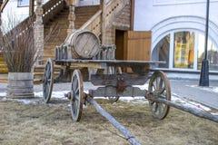 Houten geladen kar in de binnenplaats van een oud huis Royalty-vrije Stock Afbeelding