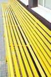 Houten gele bank in de stad Royalty-vrije Stock Foto