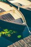 Houten genoegenroeiboot bij de pijler van een meer voor huur Gemeentelijk stadspark hamburg Royalty-vrije Stock Foto's