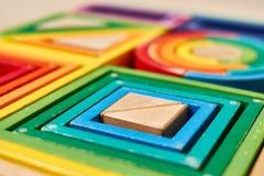 Houten geometrische de kleurenvormen van Montessori stock foto