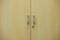 Houten geplaatste deur en handvatten Royalty-vrije Stock Afbeeldingen