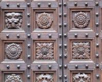 Houten gesneden deurclose-up stock afbeeldingen