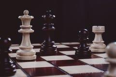 Houten gesneden schaak op de raad, close-up stock afbeelding