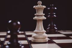 Houten gesneden schaak op de raad, close-up royalty-vrije stock afbeelding
