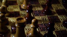 Houten gesneden schaakbord met cijfers stock footage