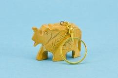 Houten gesneden sleutel FOB met metaalsleutelring royalty-vrije stock afbeeldingen