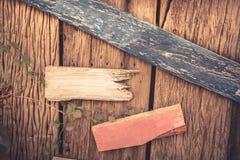 Houten geweven achtergrond als oude gebarsten houten omheining met lege houten richtingtekens met exemplaarruimte Stock Afbeeldingen