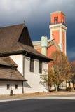 Houten gewrichts en Nieuwe rode kerk in Kezmarok, Slowakije Royalty-vrije Stock Afbeelding