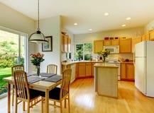 Houten gouden keuken met eetkamer en hardhout Stock Foto's