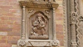 Houten gravure met de Hindoese God van Ganesha bij het paleis in Patan Katmandu, Nepal stock video