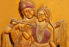 Houten gravure van Hindoese god Sri Krishna en Godin Radha stock afbeelding