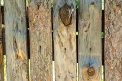 Houten grijze en bruine logboekenachtergrond met barsten en spleten stock afbeeldingen