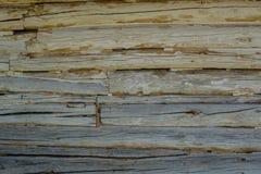 Houten grijze logboekenachtergrond met barsten en spleten stock foto's