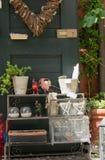 Houten groene deur met vaas van bloemen Stock Afbeeldingen