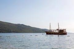 Houten groot die schip dichtbij de overzeese kust wordt vastgelegd royalty-vrije stock foto's
