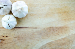 Houten Hakbord met Drie Garlics Stock Foto