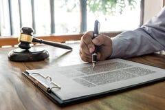 Houten hamer die op lijst, Wet, advocaatprocureur en rechtvaardigheidsconcept, mannelijke advocaat aan documenten en rapport van  royalty-vrije stock afbeeldingen
