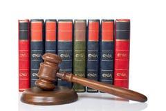 Houten hamer en oude wetsboeken Royalty-vrije Stock Foto's