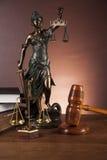 Houten hamer en rechtvaardigheidsmateriaal Stock Foto's