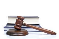 Houten hamer en wetsboeken Stock Afbeelding