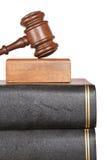 Houten hamer en wetsboeken stock afbeeldingen