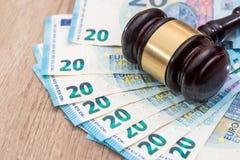 Houten hamer met 20 euro bankbiljetten Stock Afbeeldingen
