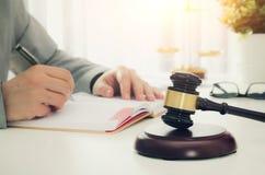 Houten hamer, werkende advocaat op achtergrond royalty-vrije stock fotografie