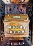 Houten hand - gemaakt Spaarvarken voor het verzamelen van geld stock afbeeldingen