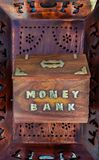 Houten hand - gemaakt Spaarvarken voor het verzamelen van geld royalty-vrije stock foto